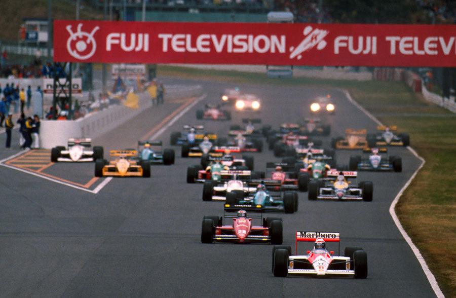 Старт Гран При Японии '88. Ален Прост лидирует, Айртон Сенна в глубине пелотона