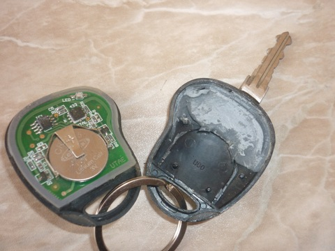 Берем пульт, прорезаем в нем дырку для ключа, подгоняем по размеру