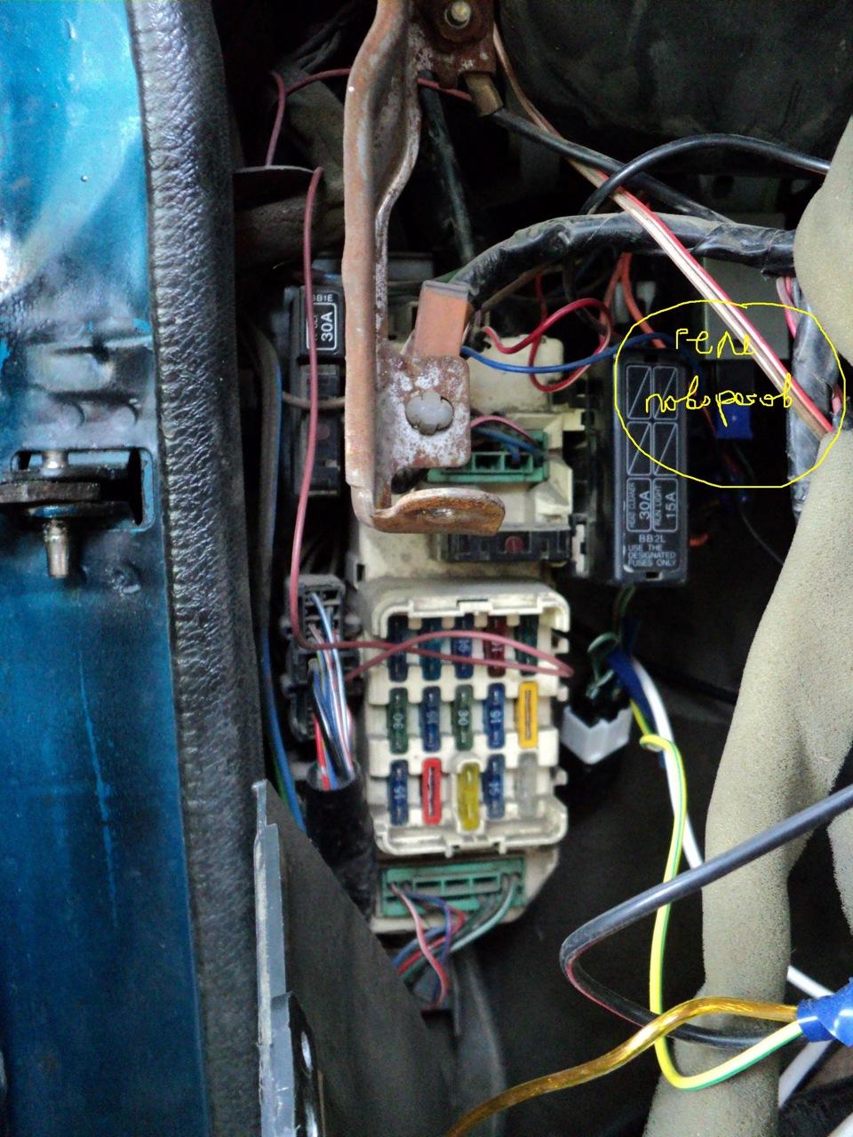 mazda 3 где расположен центральный блок сигнализации