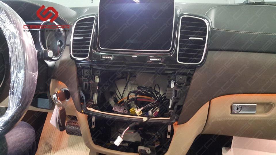 Процесс установки оборудования на Mercedes GLE.