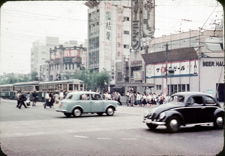 Самый популярный импортный авто — Фольксваген Жук — на улице Токио, 1950-ые года. И снова на втором плане маячит Датсун-1000.