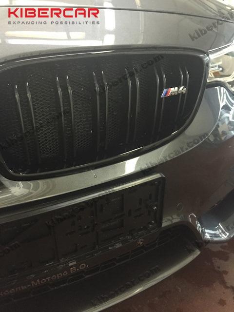 BMW M4 с установленной защитой радиаторов.