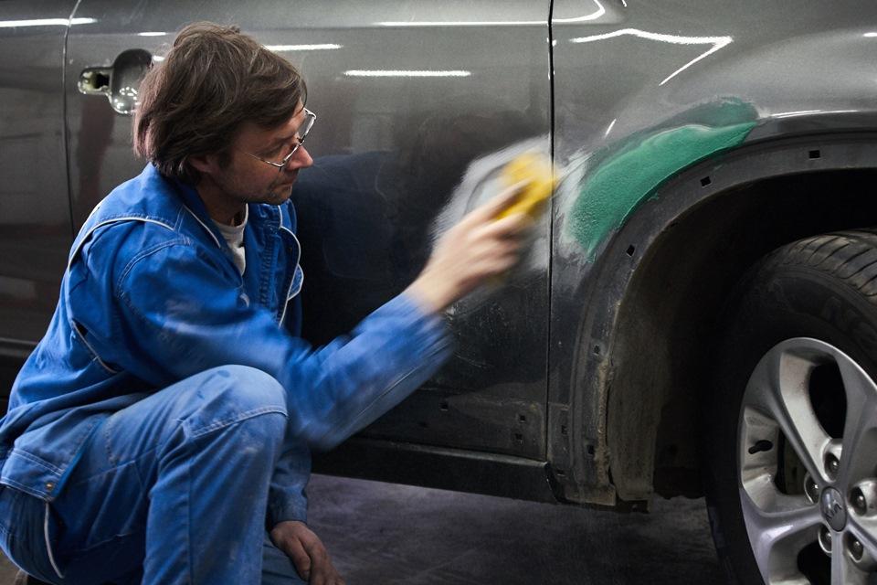 Шлифовка для выравнивания ремонтной поверхности переднего правого крыла и передней правой двери KIA Sorento