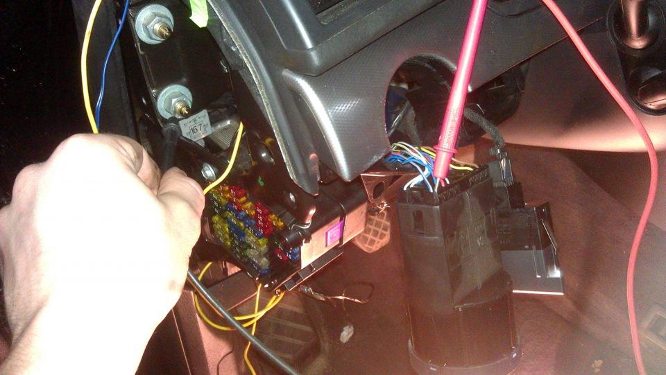 Под капотом импульсную трубку подключил к шлангу, идущему от впускного коллектора к электроклапану вакуумной системы...