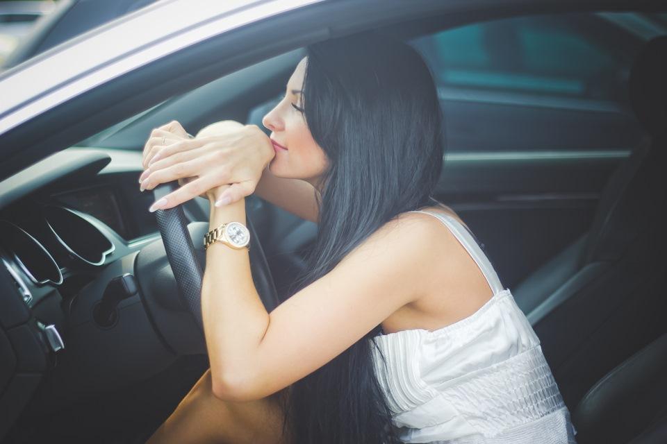 девушки брюнетки в машинах