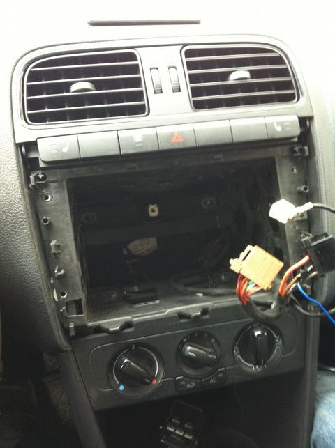 Далее подключил адаптер кан шины, антенны и GPS к магнитоле.  К адаптеру кан шины подключил штатные провода...