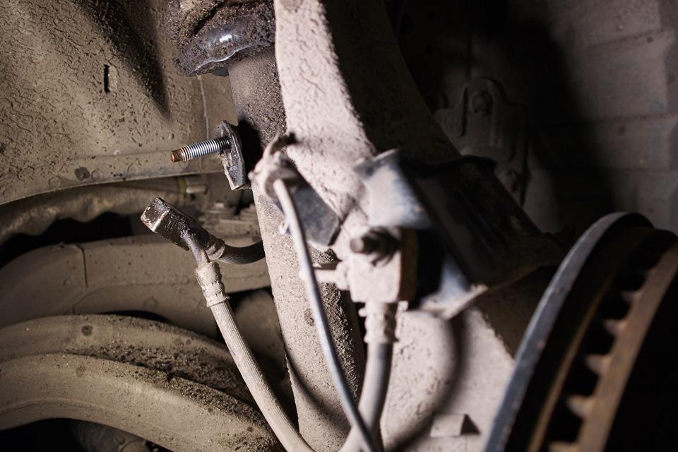 Замена передних амортизаторов Infiniti M25. Отсоединение тормозного шланга.