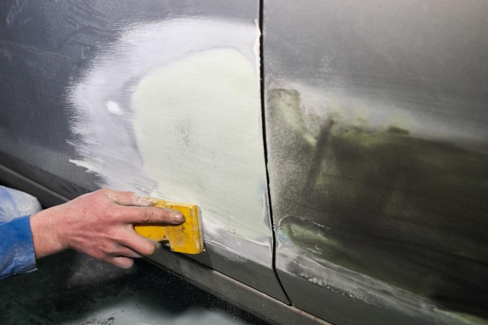 Шлифовка окрашиваемой поверхности дверей при кузовном ремонте Ford Focus