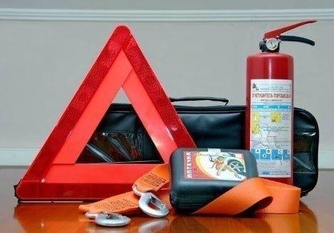 Отсутствие аптечки огнетушителя или знака аварийной остановки