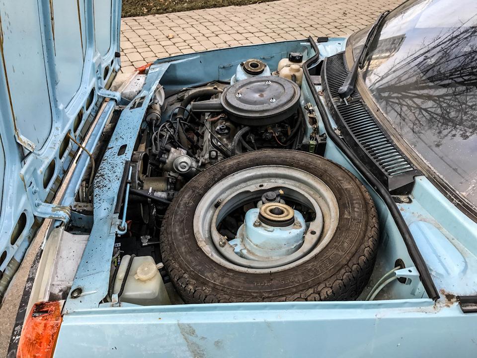 Запаска — под капотом. Обратите внимание на оригинальную конструкцию колесного диска