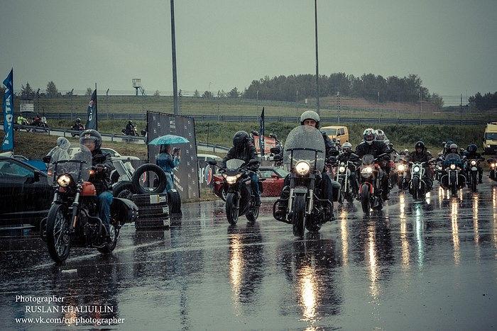 Дождь не смог помешать байкерам открыть сезон.