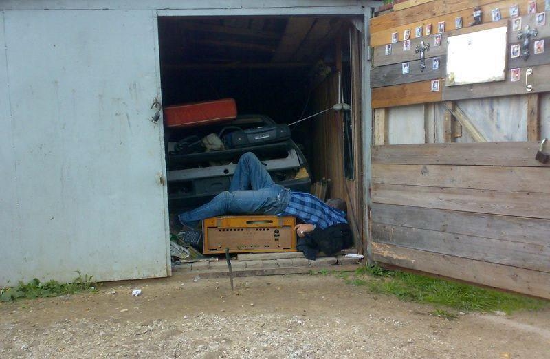 Пристал в гаражах, скрытно дрочат себе мужики