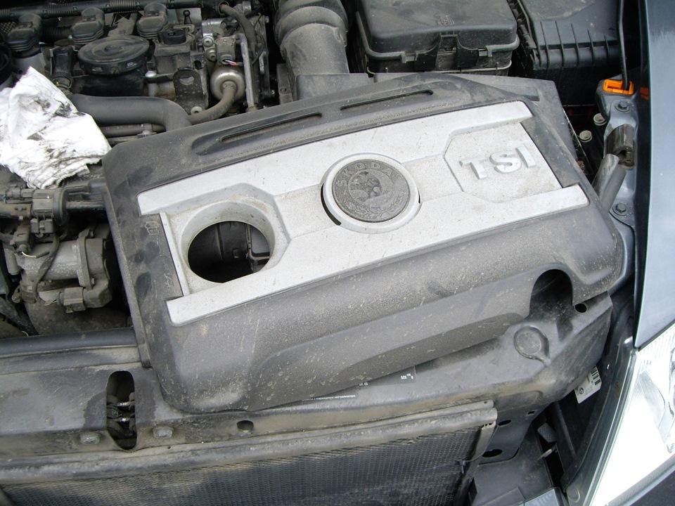 пластиковая крышка на двигатель skoda fabia 6y1