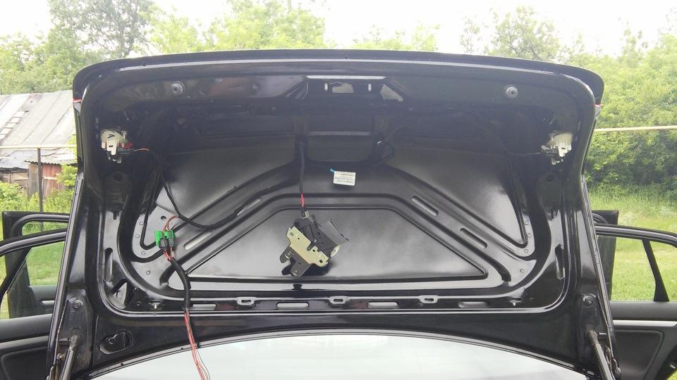 как открыть замок багажника на фольксваген джетта