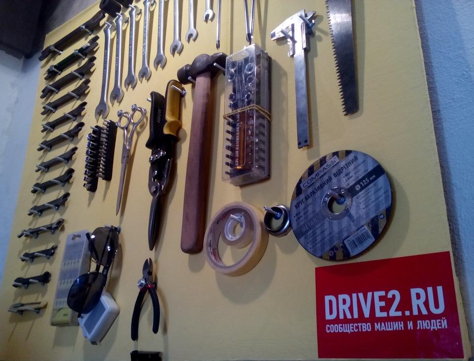 как разместить инструмент в гараже на стене фото