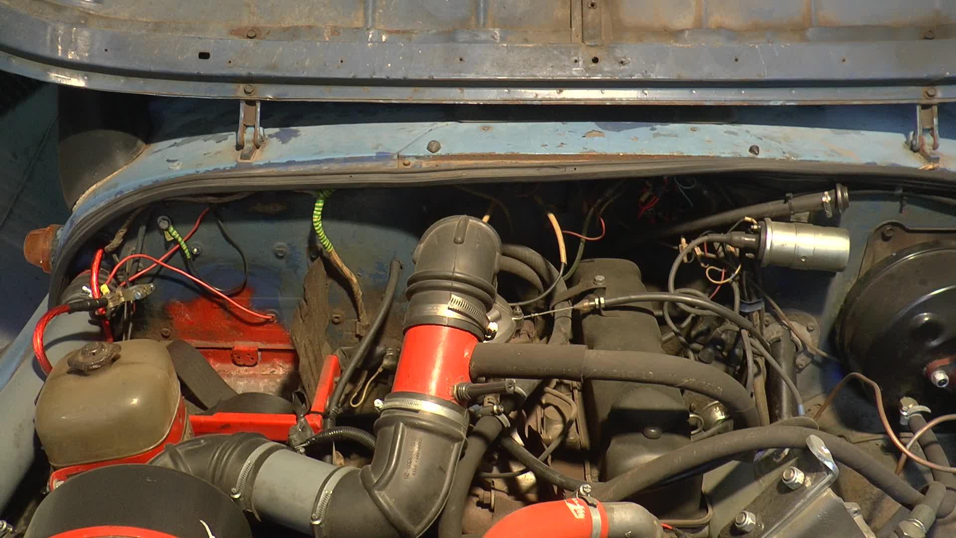 Так было изначально. Куча проводов и бачок радиатора, вместо которого я буду ставить разводную коробку.