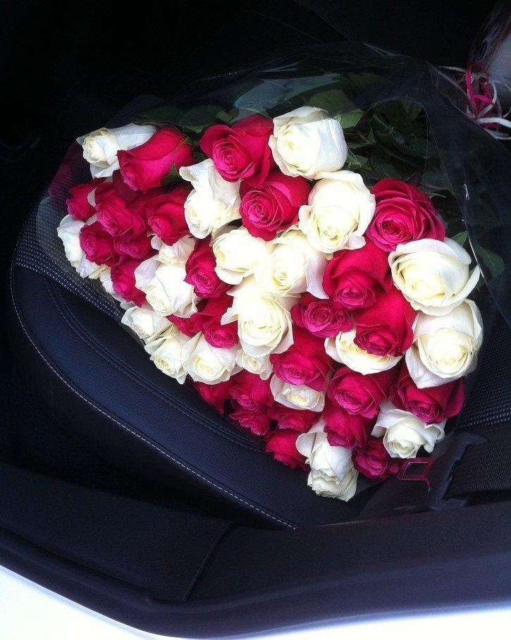 фото букет цветов в машине на сиденье