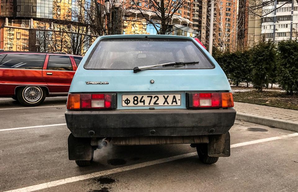 Одна из последних Таврий еще советского производства. На заднем плане — американский Chevrolet Caprice Wagon 1991 года с небольшим пробегом: об этой машине я расскажу вам уже в ближайшее время в блоге и у себя на youtube-канале! Следите за публикациями)