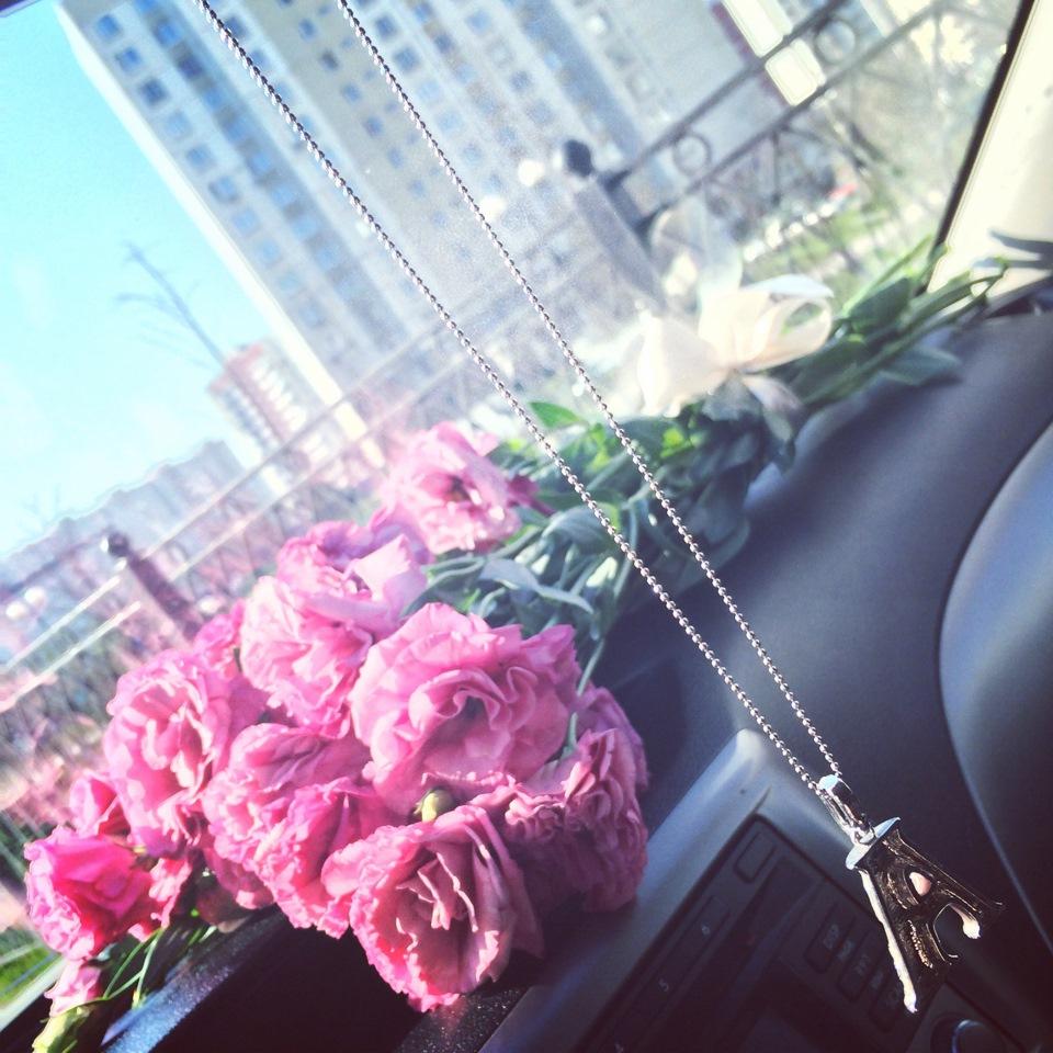 На что крепятся цветы на машине