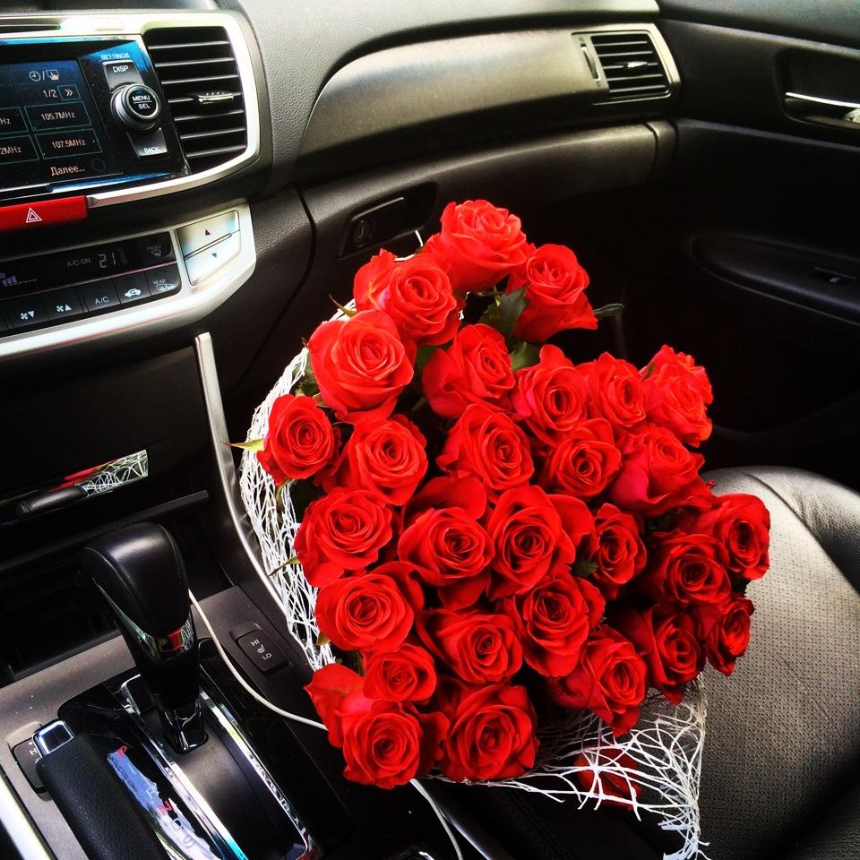 качественном термобелье розы в руках у девушки в машине фото для