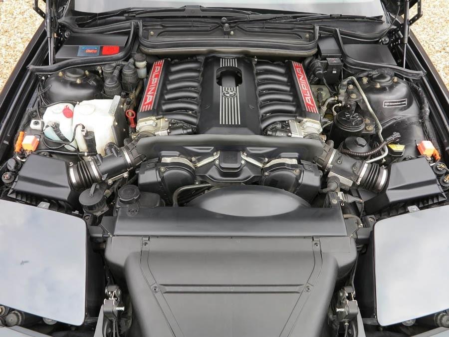 5,7-литровый мотор V12 с заводским индексом S70 выдавал 416 л.с. против 380 л.с. на 850 CSi. Максимальный крутящий момент — 570 Нм. Данный агрегат стал основой для двигателя легендарного суперкара McLaren F1