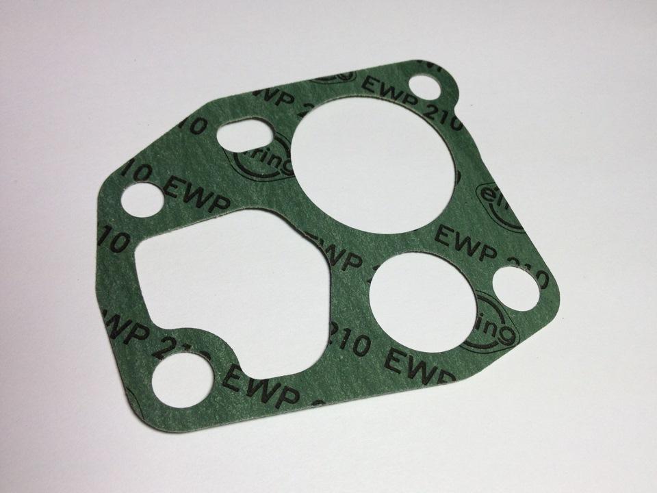 Отсоединяем проводку двигателя от форсунок, отсоединяем вакуумную трубку от регулятора давления топлива