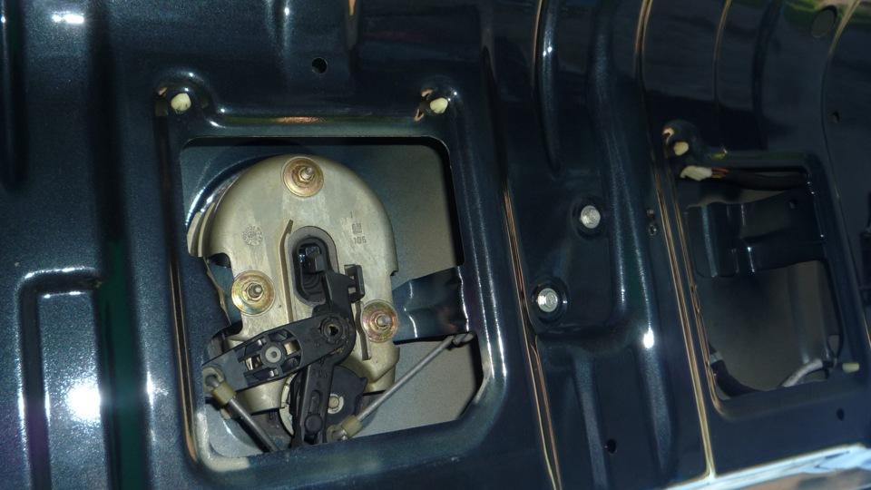 как открывается багажник на опель омега б