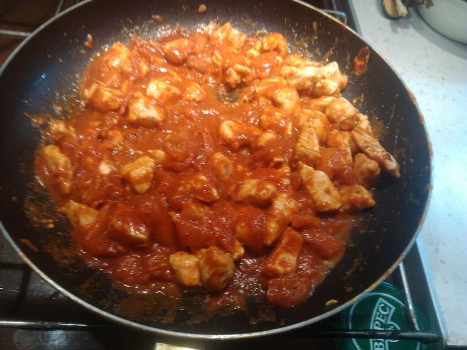 Мясо курицы с томатной пастой