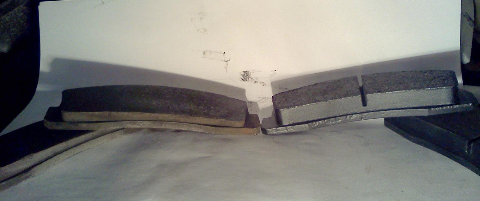 Изношенная (слева) и новая тормозные колодки