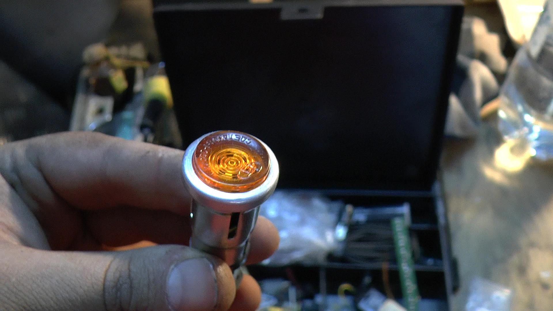 Вместо диодов, буду использовать вот такие индикаторные лампы, вернее патроны от них, светодиод я вставлю прямо в них внутрь. Просто в корпусе они уже не будут выдавливаться.