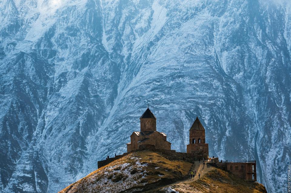 Справа от колокольни видна пристройка. Там ночуют паломники, альпинисты и путешественники