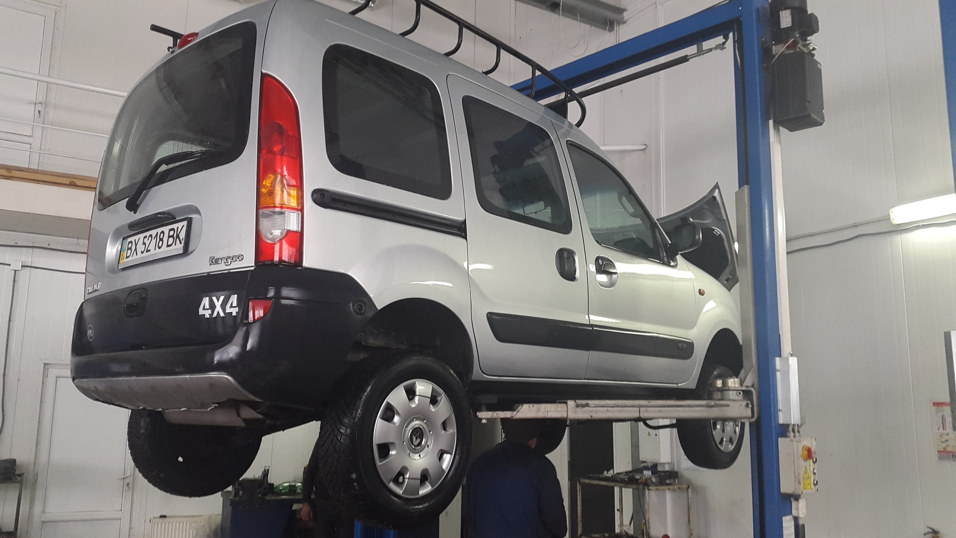 фото Renault Kangoo на подъемнике (снятие стартера)