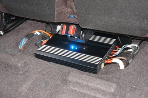 Усилитель DLS CA40 под задним сиденьем с подсветкой Toyota IQ.