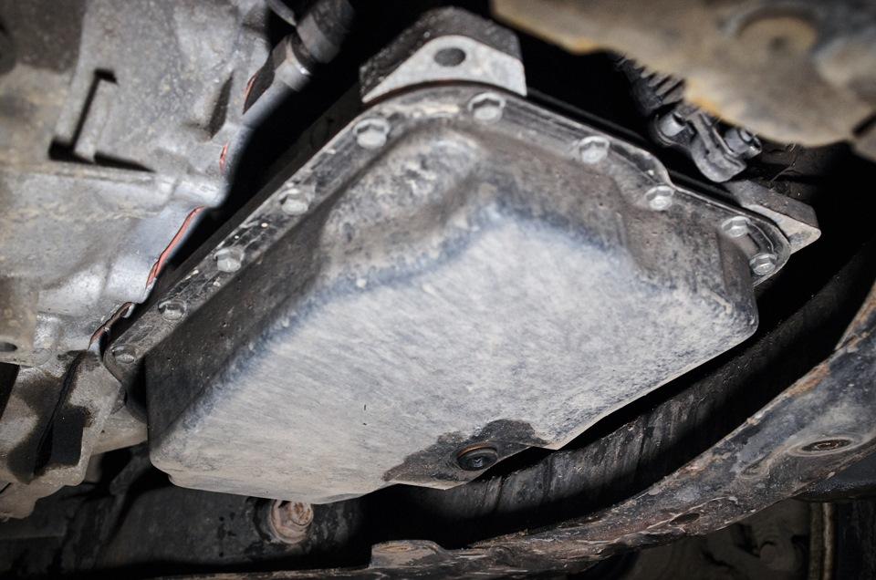 Картер АКПП Mazda 6. Болт сливного отверстия со следами масла.