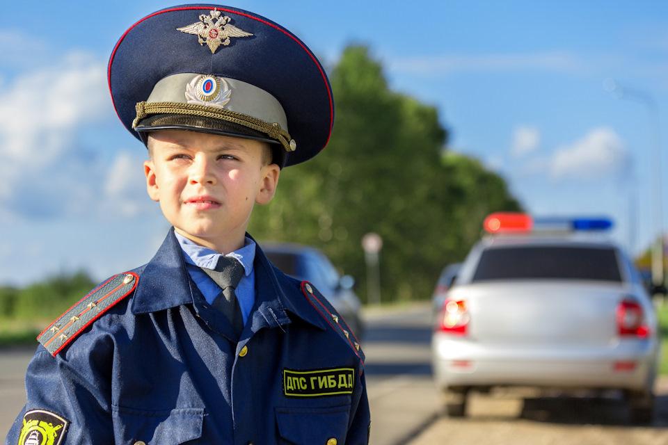 Восьмым марта, картинка с полицейским