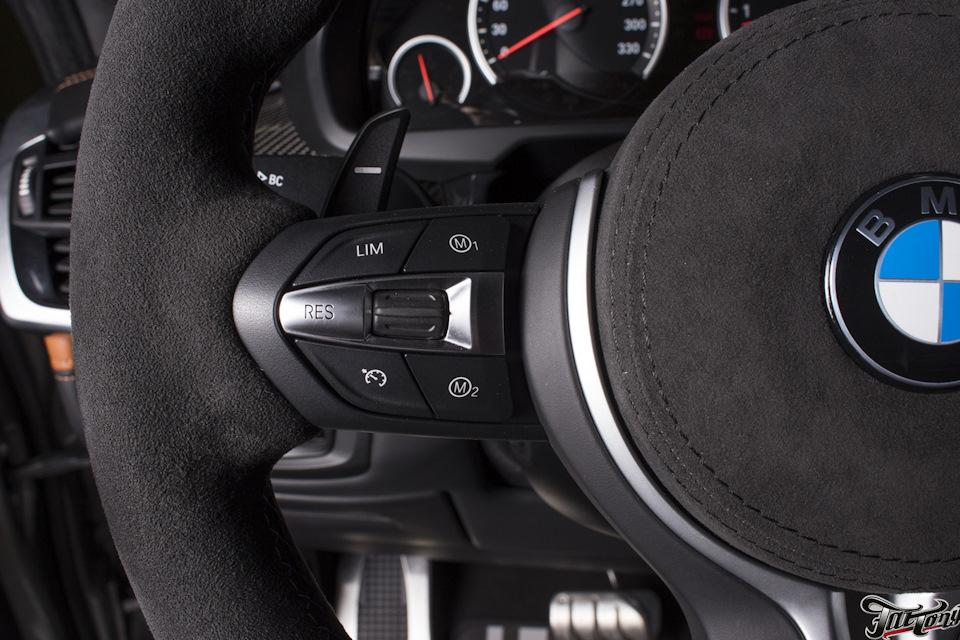BMW X5M (F85). Пошив обода руля и подушки безопасности в итальянскую алькантару, с отделкой строчкой в