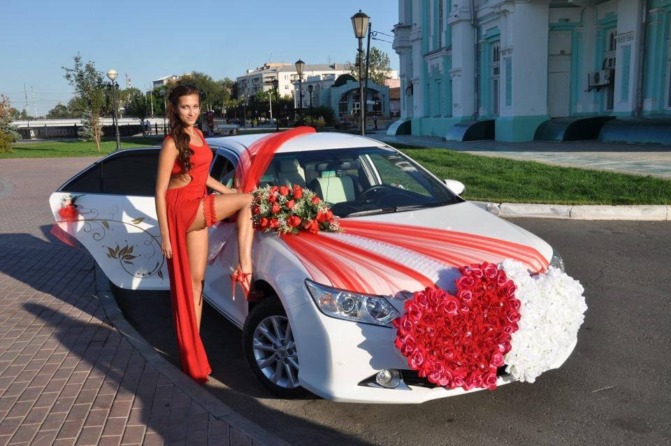 Девушки в машине свадебной