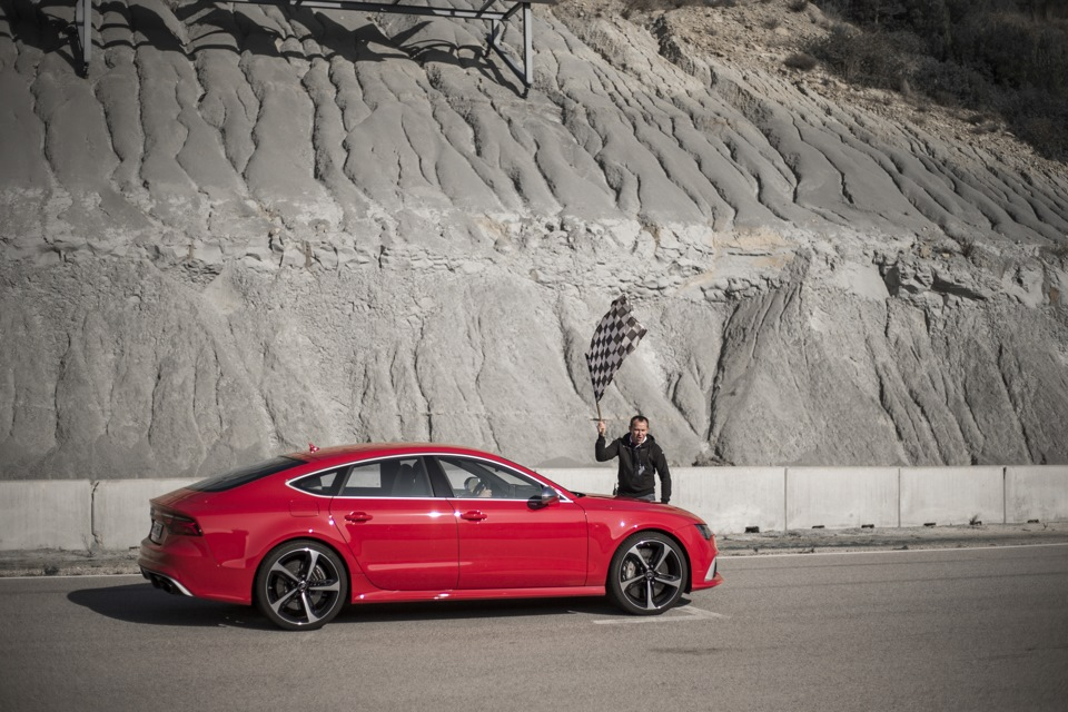Всего один круг на ознакомление с трассой, и сразу — в бой. Спасало лишь то, что впереди ехал профессиональный тест-пилот на Audi RS6, за которым можно было списывать траекторию и точки торможения.