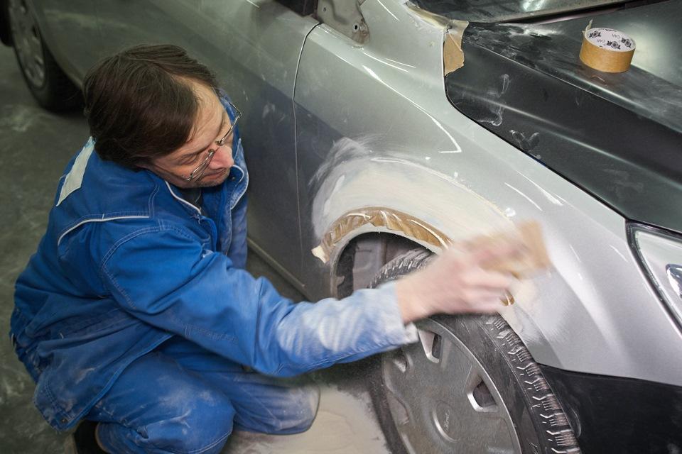 Формирование арки переднего крыла при кузовном ремонте Ford Focus после нанесения финишной шпаклёвки