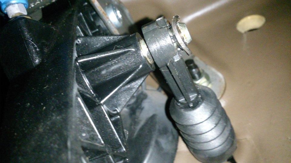 после замены комплекта сцепления в рено проваливается педаль это означает
