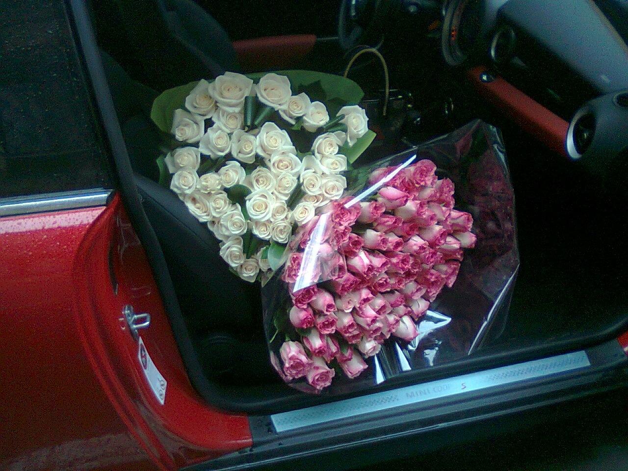 Портативный бумажный букет цветов, стоящий на сиденье в машине