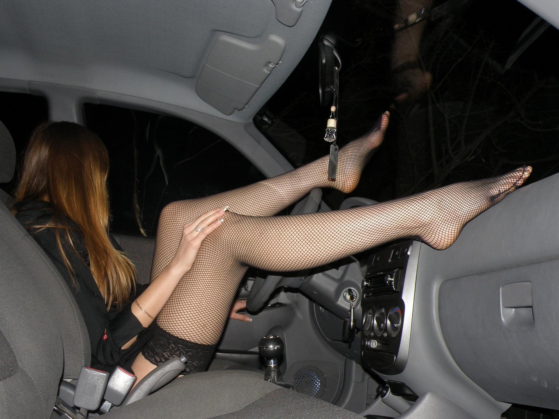 Пьяная в машине раздевается до гола  663930