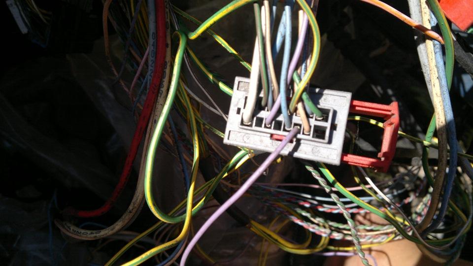 здесь фиолетовый провод в блок