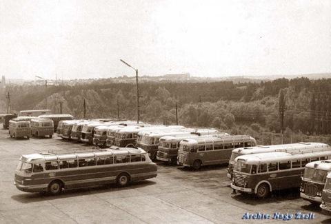 На автобусной станции в Венгрии в 1970-е в окружении более простых Икарусов