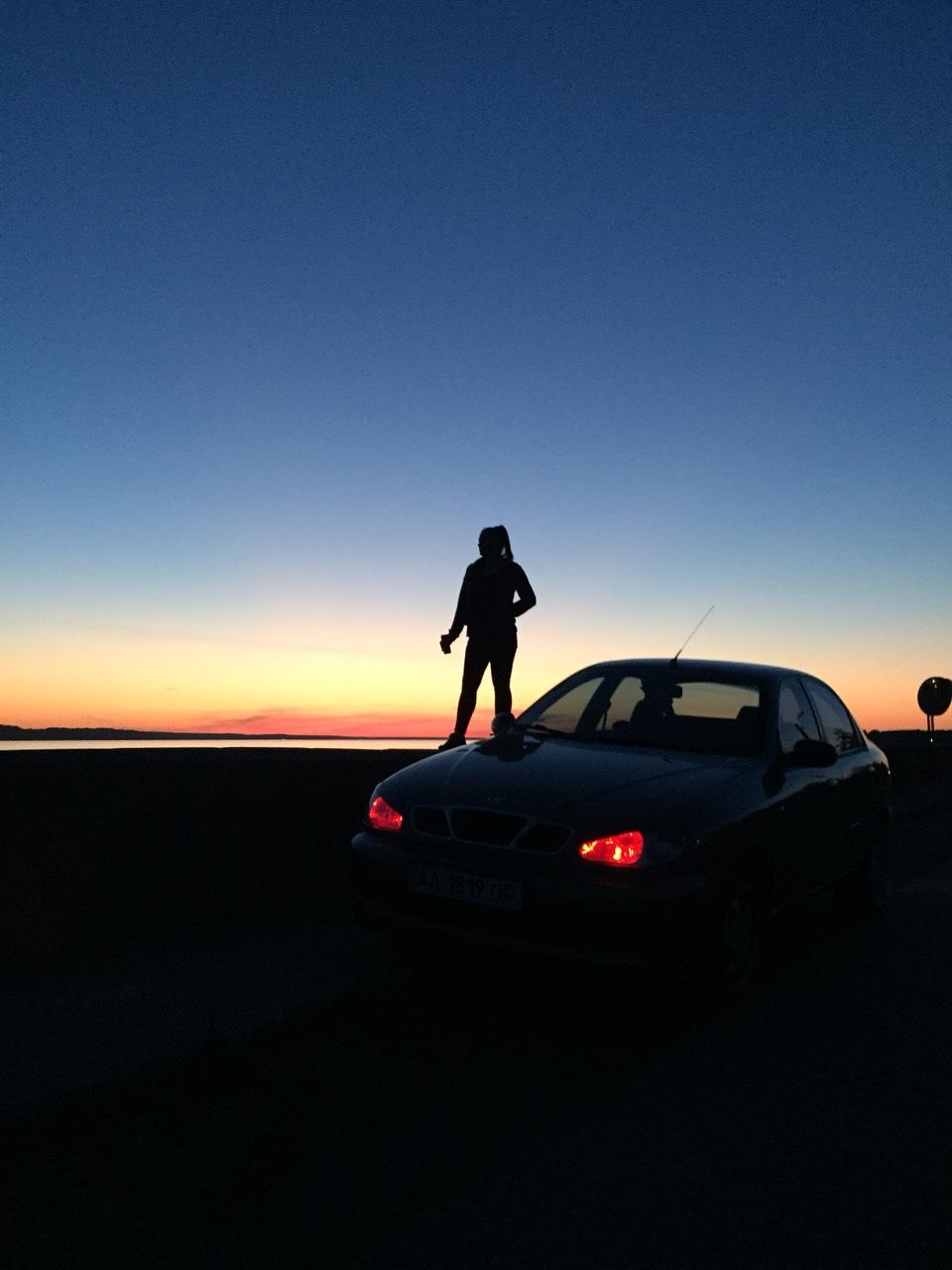 пацан с машиной на закате
