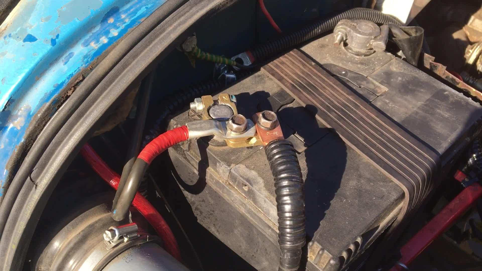 Теперь клемма у меня аккуратная, и к ней подходит лишь 2 провода — сам распределительный блок и основной штатный провод. Вся куча проводов теперь в коробе! Это очень классно, тем более, что на подходе установка люстры с прожекторами на крышу.
