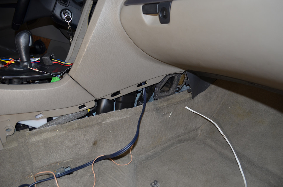 Volvo S60  Replacing the head unit (HU-850) and the head