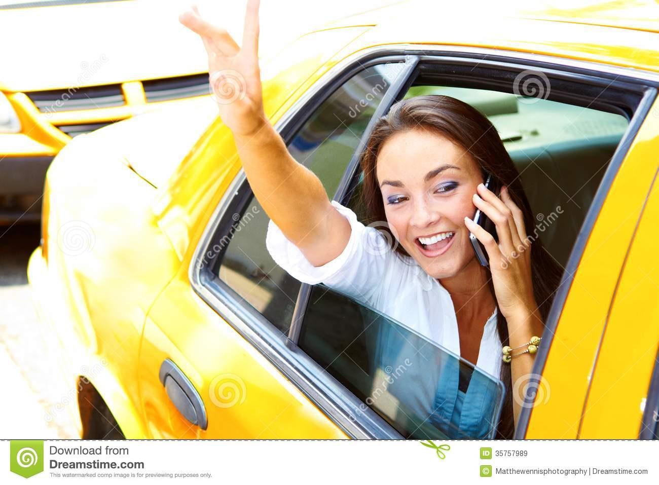 Молодая студентка на такси
