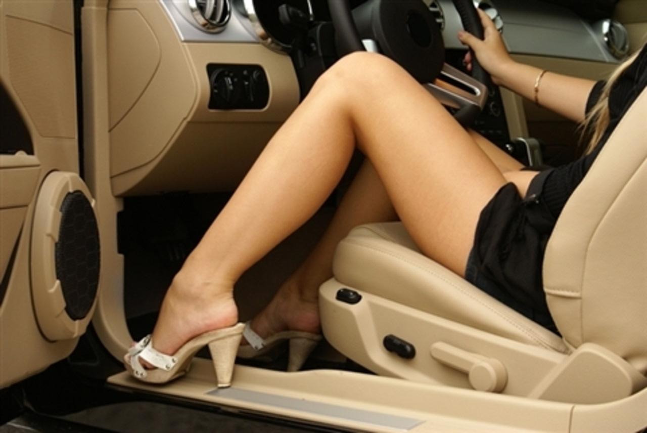 именно фото женские ноги в авто полноватых мужчин эта