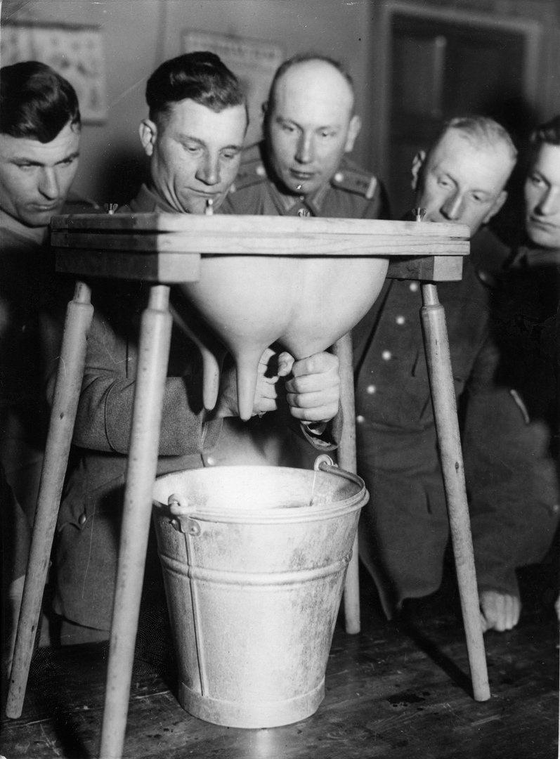 «Будь готов». В армии тренируются добывать молоко, ок. 1935 г